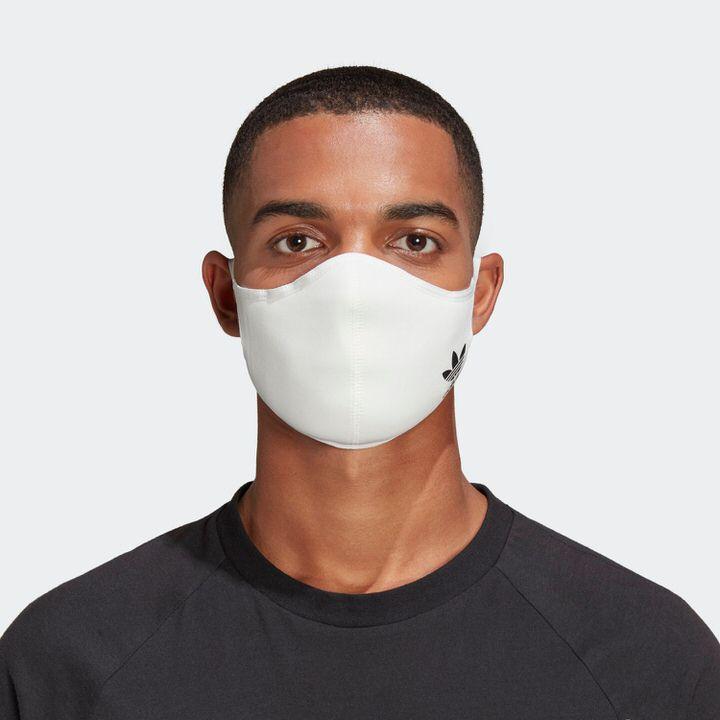 白色のアディダスマスク